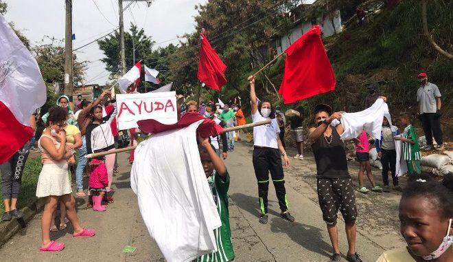 En diferentes sectores de Medellín como San Javier y Vallejuelos (foto), habitantes han hecho protestas en los últimos días para pedir ayudas por la situación que atraviesan, a raiz de la cuarentena. /FOTO: JULIO CÉSAR HERRERA.