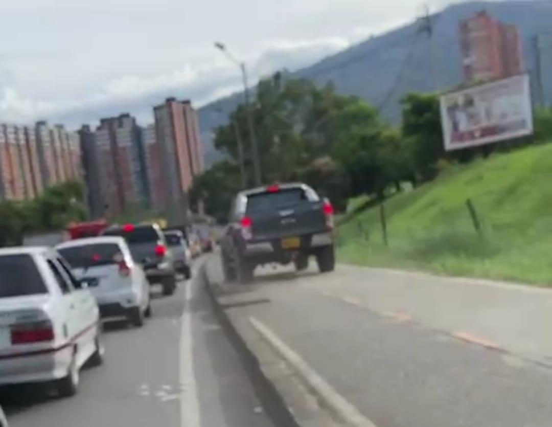 EN VIDEO: ¡Qué descaro! En una lujosa camioneta se montó a los andenes para hacerle quite al taco