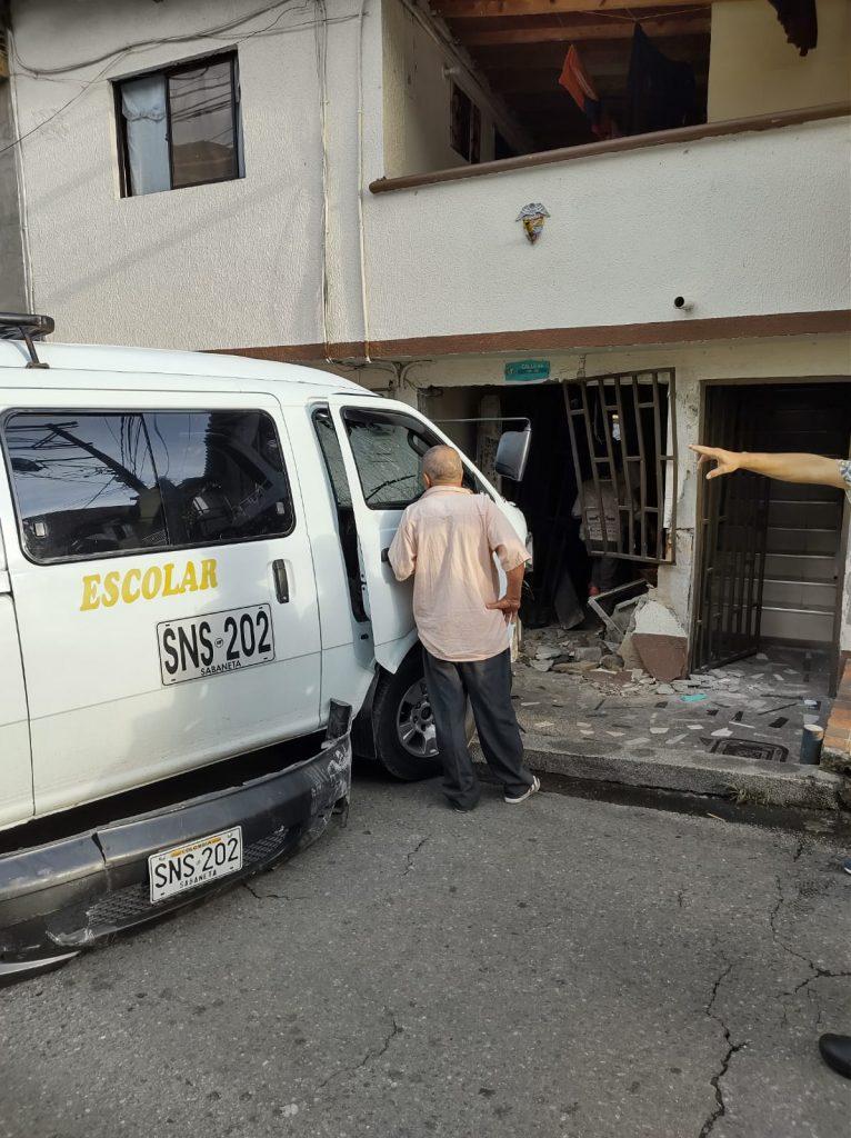 EN FOTOS: Carro de transporte escolar chocó de frente contra una casa - Noticias de Colombia
