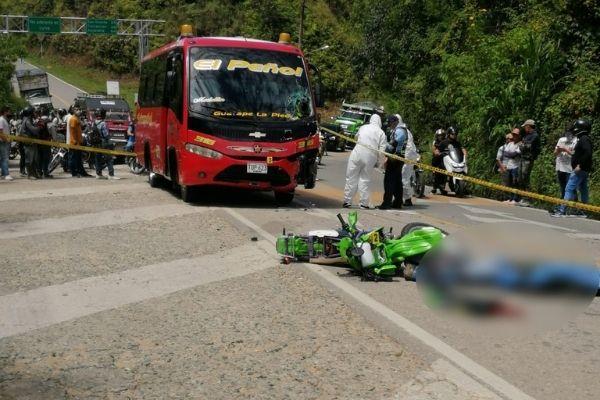 EN FOTOS: Murió al chocar de frente con una buseta