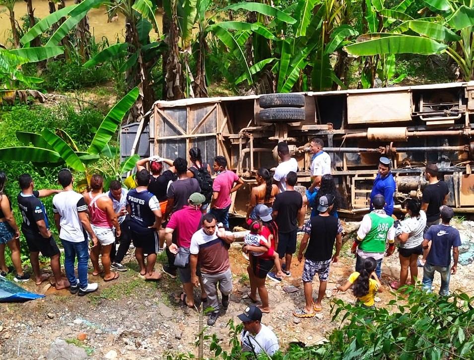 Un muerto y varios heridos dejó accidente de bus que transportaba a equipo de fútbol