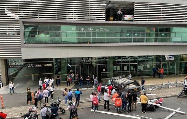 EN VIDEO Y FOTOS: Un carro cayó de un tercer piso sobre otro vehículo y una moto - Noticias de Colombia