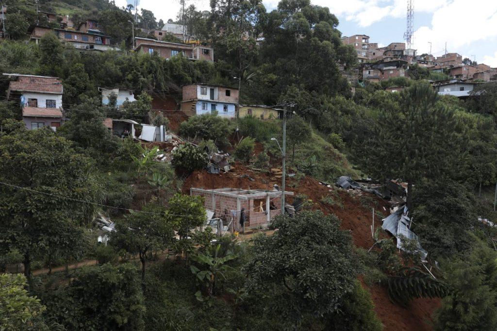 EN VIDEO Y FOTOS: Deslizamiento de tierra se llevó 5 casas en Carpinelo - Noticias de Colombia