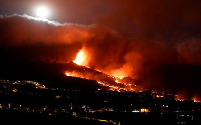 EN VIDEOS: Impresionante erupción de volcán en España; los ríos de lava arrasan con todo a su paso