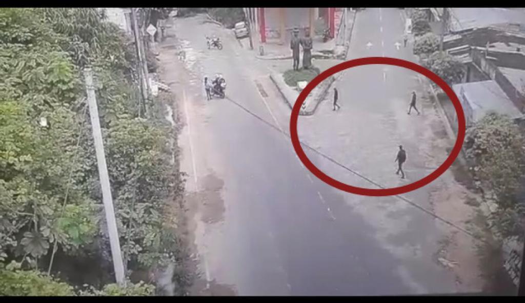 EN VIDEO: ¡Infame! Tres sicarios atacaron a bala a 2 policías por la espalda; uno murió y el otro pelea por su vida