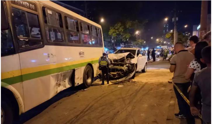 Conductor, en aparente estado de ebriedad, atropelló a 2 peatones y chocó varios vehículos