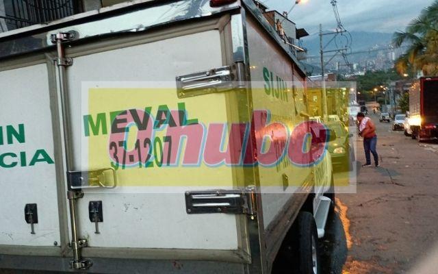 Colapso de un muro por el aguacero dejó una persona fallecida en Medellín